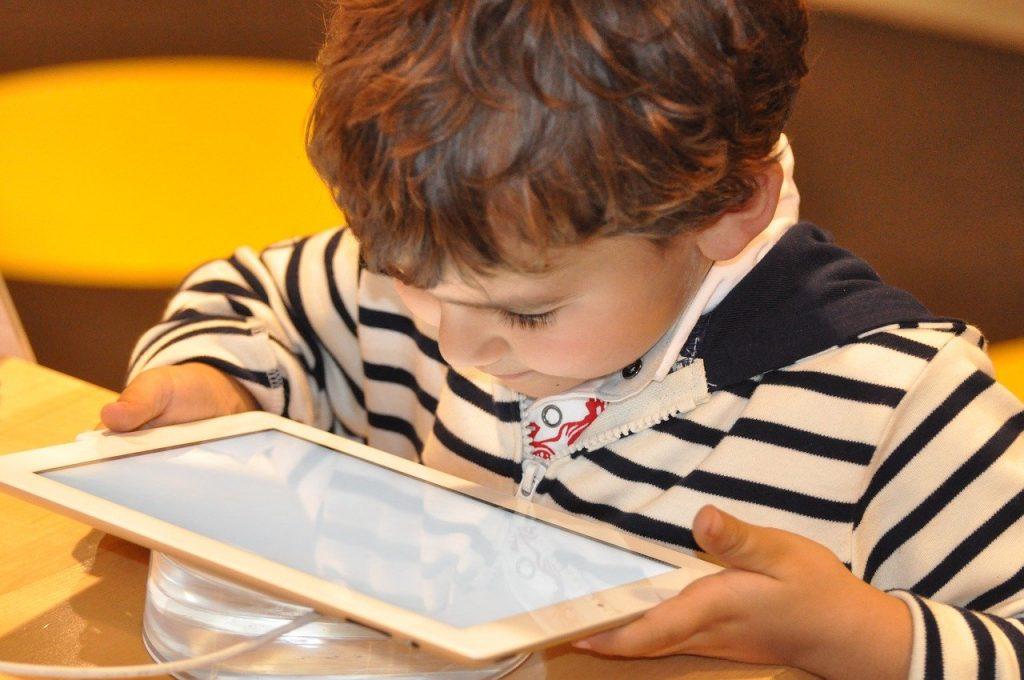 enfant jouant sur une tablette